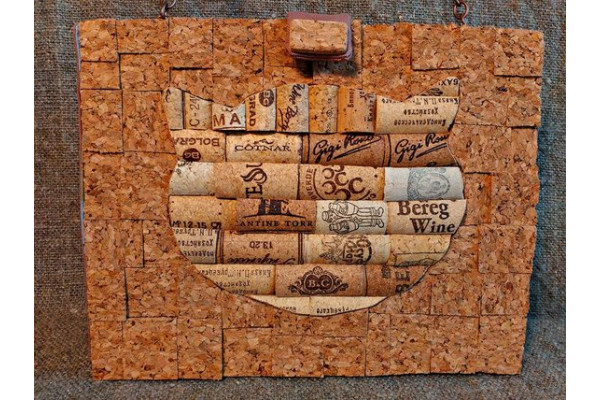 Clutch of cork with the image of a cat.